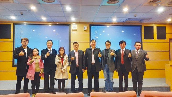 國際智慧健康產業發展協會理事長劉吉豐博士(中)攜手異業結盟走向國際。圖/簡立宗