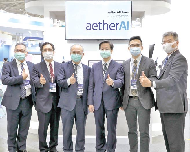 雲象科技參展醫療科技展合影;圖右二為執行長葉肇元醫師。圖/業者提供