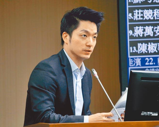 在立委蔣萬安(見圖)逼問下,衛福部長陳時中昨認了親自下令告發反萊豬醫師蘇偉碩。(陳君瑋攝)