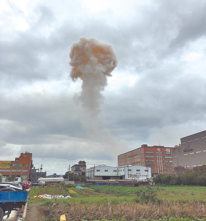 旭富製藥21日中午再傳爆炸,產生蕈狀雲,桃園市勞檢處勒令停工。(議員劉勝全提供/蔡依珍桃園傳真)