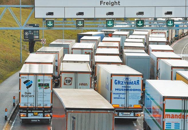 塞爆!法國封鎖與英國邊界,原本將登上火車,經由英法海底隧道前往法國的貨車,因為進退兩難,被迫在距法國加萊港口岸僅40公里的福克斯通公路上大排長龍。(路透)