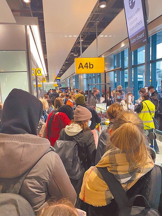 英國新冠病毒傳出變異,倫敦前往愛爾蘭都柏林的班機被突然取消,圖為滯留在希斯洛機場的旅客。 (路透)