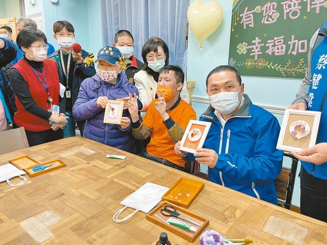 新北市長侯友宜(右一)與身障朋友一同製作芳香磚手工飾品。(李俊淇攝)