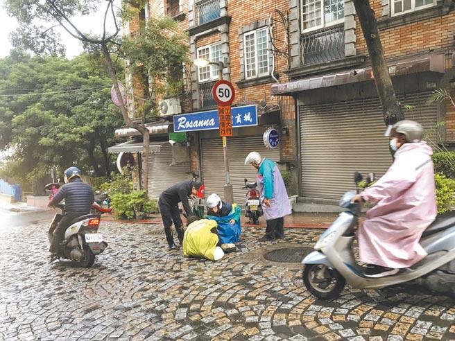 鶯歌老街路磚凹凸不平、止滑效果不佳,常有民眾自摔,在地人士都希望路面盡早改善。(民眾提供/蔡雯如新北傳真)