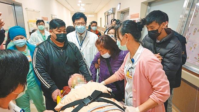 鐘姓女護理師21日中午被推出加護病房,母親(前右二)緊靠著病床泣喚愛女。(程炳璋攝)