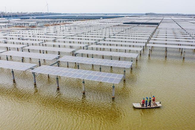 11月5日,電力工人在江蘇省揚州市寶應縣射陽湖鎮「漁光互補」太陽能發電項目巡檢。(新華社)
