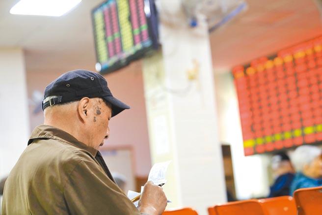 股民在上海某證券營業廳內關注大盤數據。(中新社資料照片)