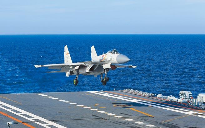 解放軍「海五代」隱形艦載機問世後將和殲-15共同組成航母艦載機群。圖為殲-15在「遼寧艦」甲板降落。(新華社資料照片)