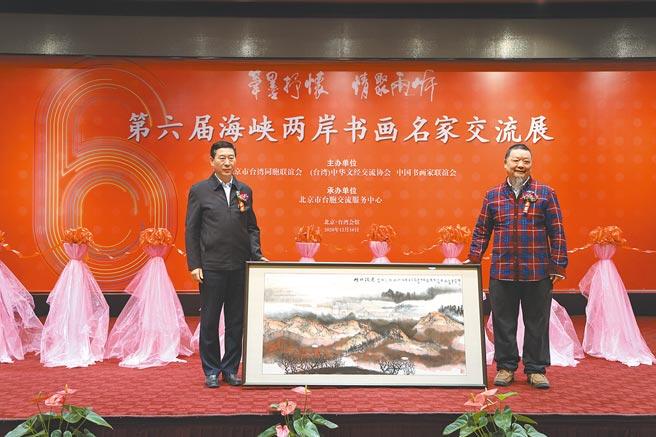 書畫家劉庸之為台灣會館捐贈書畫作品《雄關漫道》。