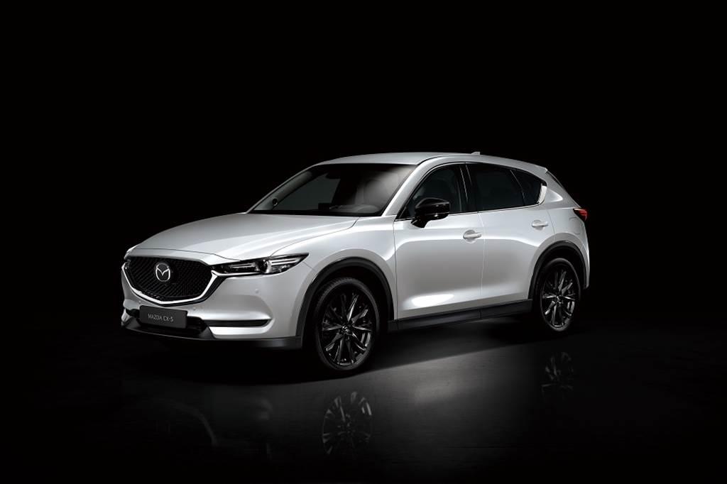 新推出之黑艷版車型外觀上融入黑色元素,包含爍黑設計式樣的車外後視鏡以及鋁合金輪圈。