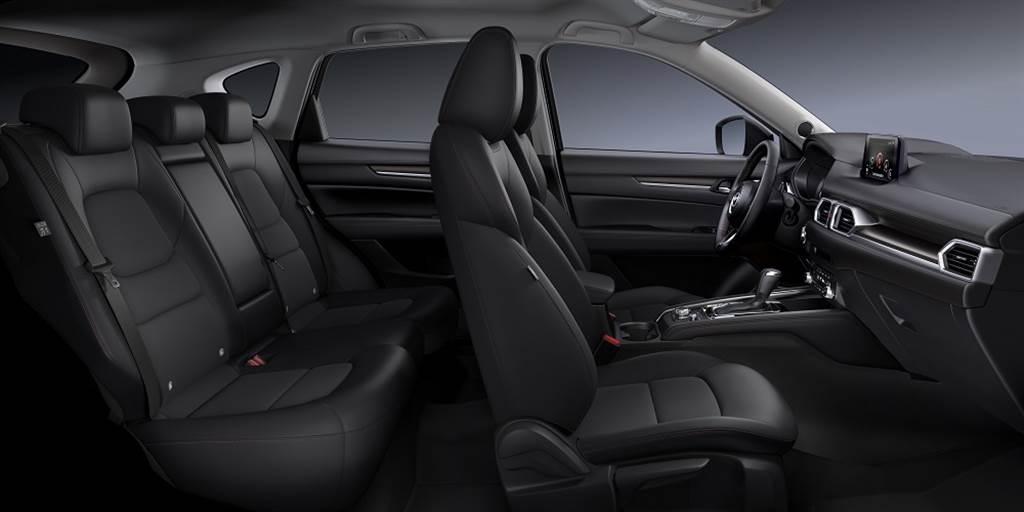 黑艷版配置Granlux®類麂皮與皮質混搭運動化座椅,車艙內爍黑蜂巢飾板搭配內裝紅色縫線,以及進一步提升操駕樂趣的方向盤換檔快撥片。