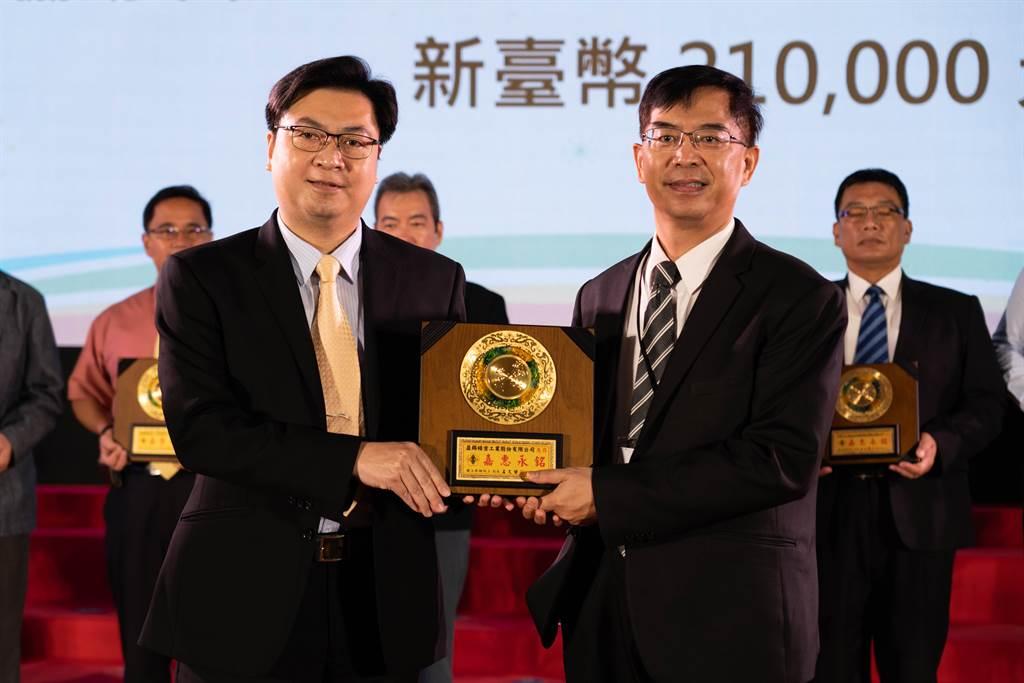 本回捐贈典禮由Honda Taiwan服務部部長張英忠(圖右)為贈與代表、由教育部主任秘書廖興國(圖左)代表受贈。