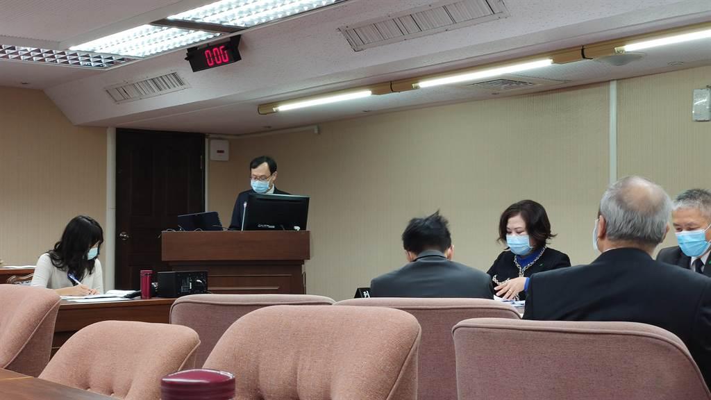 立法院社會福及衛生環境委員會今天邀請勞動部、衛福部等部會就「如何強化人力仲介公司管理照護移工責任及落實邊境檢疫之具體措施」專案報告。(林良齊攝)