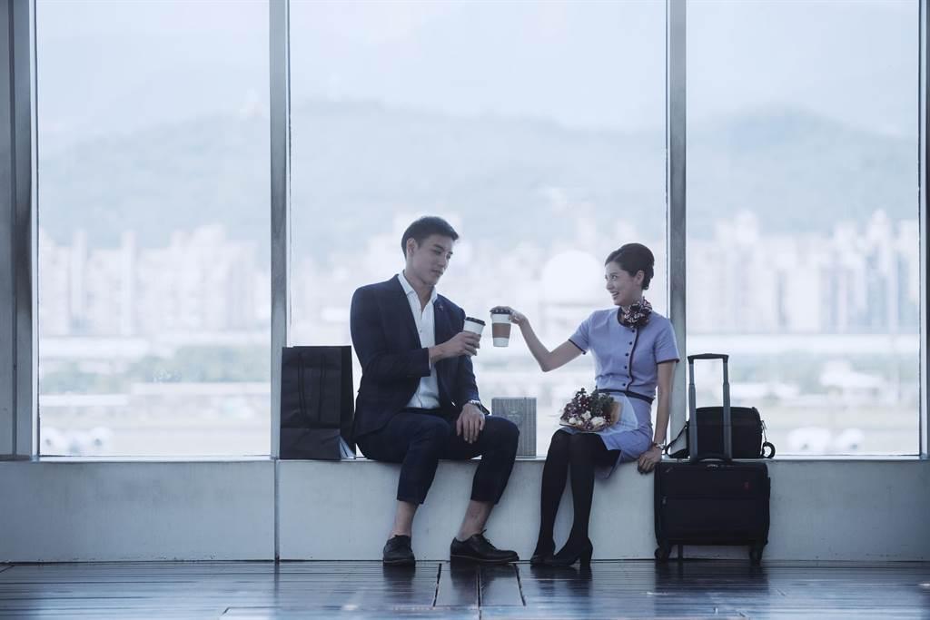林予晞在《戒指流浪記》飾演空服員,與飾演機師的黃柏鈞是分手情人。(HBO Asia提供)