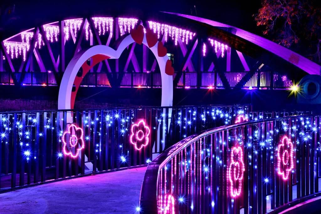跨越食水嵙溪的情人木橋呈現浪漫唯美燈海。(石岡區公所提供/王文吉台中傳真)