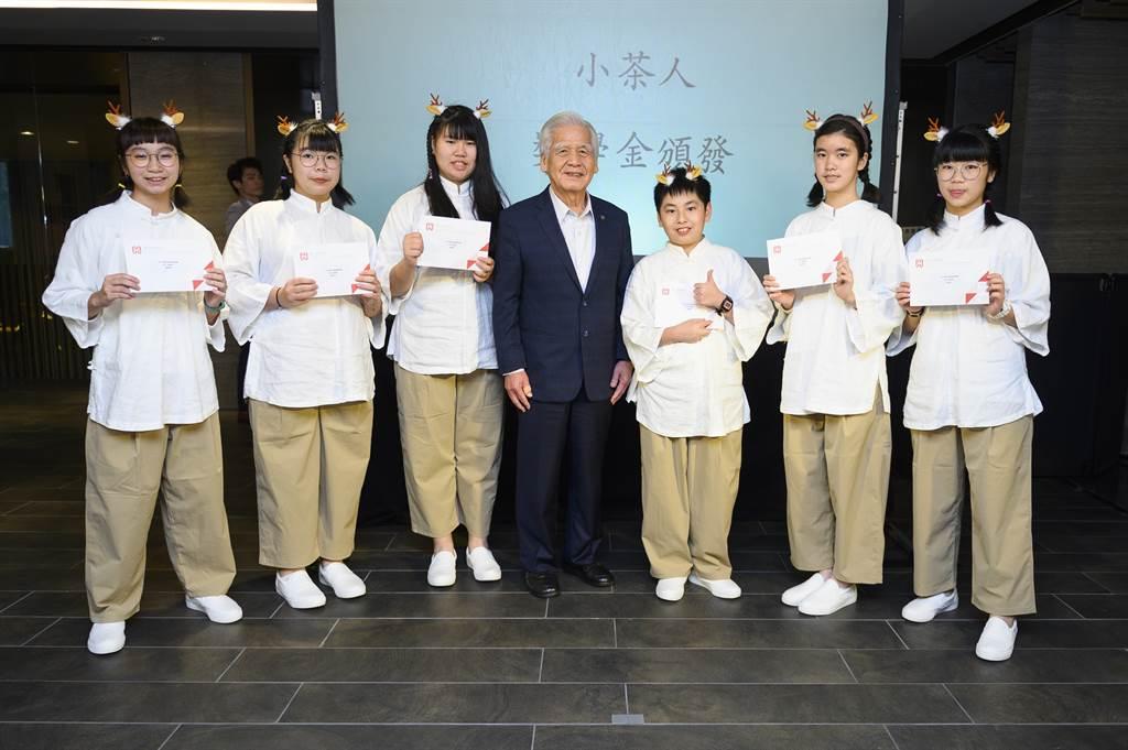 長虹建設董事長李文造為小小奉茶師頒發獎學金。(長虹教育金會提供)