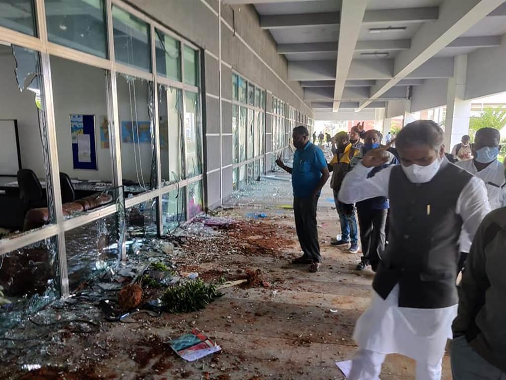 緯創印度廠發生暴動事件,圖為事發後現場畫面。(圖/摘自Muniswamy Official臉書)