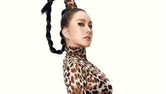 51歲「韓國瑪丹娜」超狂鏤空繃帶裝 熱舞洩腹肌飽滿雙球