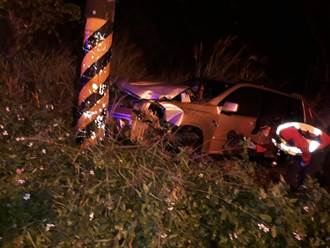 小轎車雨中猛撞電線桿 車頭全毀衝入草叢 女駕駛受困