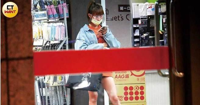 粿粿結束工作後搭高鐵回台北,在台北車站滑手機,看似等人來接。(圖/本刊攝影組)
