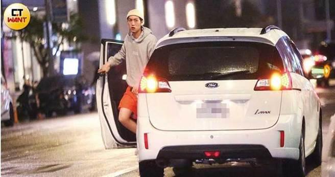 車子開到松山區後,混血男模范姜彥豐獨自從駕駛座下車,幫粿粿張羅吃喝,對方則在車上等候。(圖/本刊攝影組)