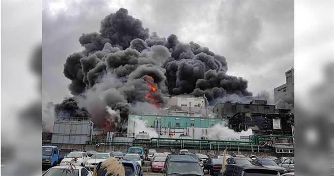 旭富大火延燒,4間工廠遭波及甚至付之一炬。(圖/翻攝畫面)