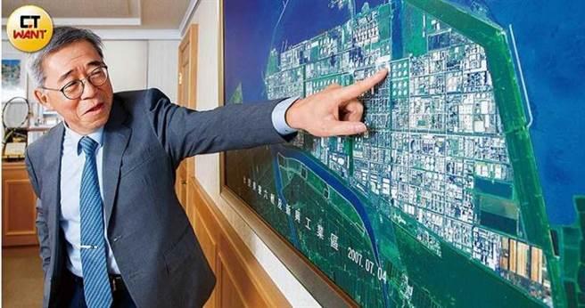 當年擔任六輕建廠總舵手的王文潮,向本刊介紹填海造陸而成的六輕園區;現今新能源當道,台塑集團已著手太陽能、風電與鋰鐵電池的新布局。