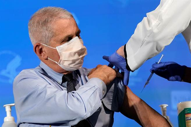 提振全美信心 政府首席傳染病專家佛奇接種疫苗。(圖/路透)