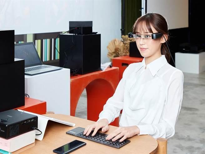 Epson Moverio是通過Google行動服務認證的AR智慧眼鏡,可依個人需求下載多款應用程式,隨身娛樂與行動辦公效率再升級。圖/Epson提供
