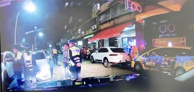 第四分局獲報出動快打警力到場,一共帶回7名男子進行保護管束,所幸無人受傷。(警方提供/陳世宗台中傳真)