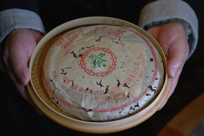 寶成集團前董座蔡其建私人收藏的「8582」老生普洱茶餅,一餅357公克、每餅市價已飆到40萬元。(圖/姚舜)