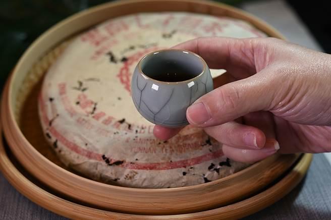 在「欣葉.鐘菜」餐廳,以「不倒杯」品賞「8582」老生普洱茶,別有「藝」境與逸趣。(圖/姚舜)