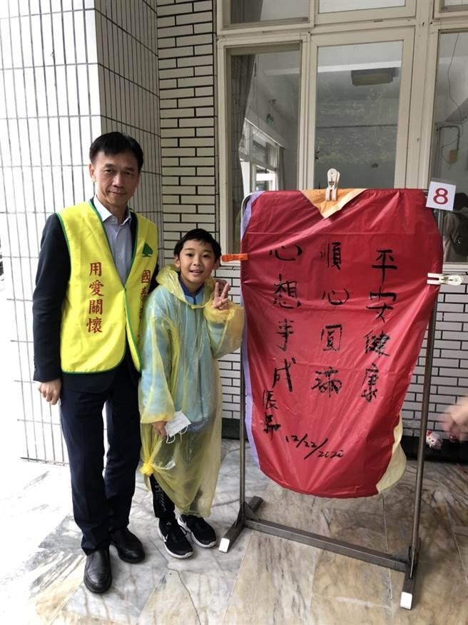 國泰投信董事長張錫在天燈寫下心願,為台灣祈福。(國泰提供)