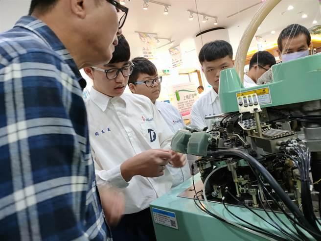 工業局在社頭成立「先進紡織設備人才育成基地」,鎖定達德商工學生,推出客製化「訂單式培育人才專案計畫」,為地方織襪產業量身打造人才。(吳建輝攝)