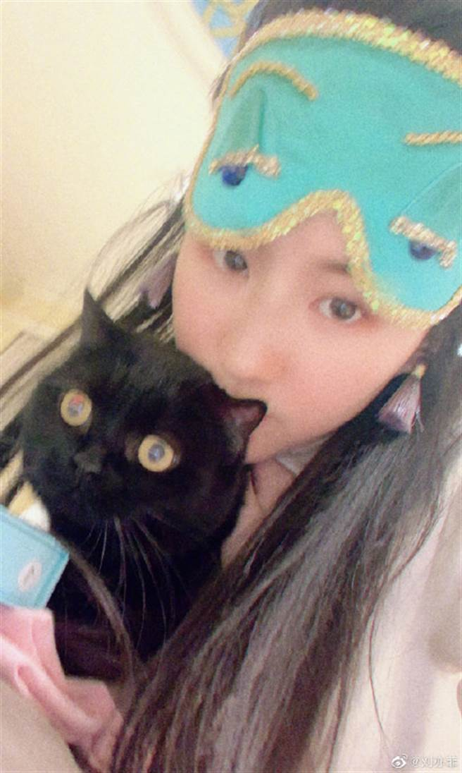 劉亦菲穿上睡衣、戴著天藍色眼罩,仔細一看,可發現眼罩也是劇中赫本戴的同款眼罩。(圖/摘自微博@劉亦菲)