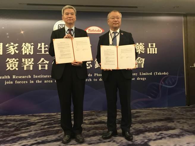 國衛院副院長司徒惠康(左)與武田藥廠董事長兼總經理淺野元(右)簽署合作計畫。鄭郁蓁攝影