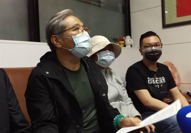 鉛中毒案,台中市議員張彥彤(右1)全家4口及前國民黨市黨部主委陳明振(左1)的妻子等39人受害,張、陳兩人在記者會中呼籲被害人挺身而出提告。(陳淑芬攝)