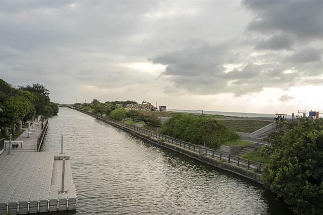 新竹市港南運河近期轉型為親子公園且變身為水陸兩棲的海岸景點,近日獲水利署第2屆「全國水環境大賞」的水漾生活獎。(陳育賢攝)