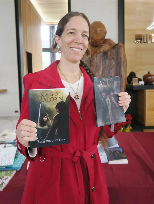 慶山建設加碼贈送Annie Douglass Lima的英語著作。(市議員陳清龍服務處提供)