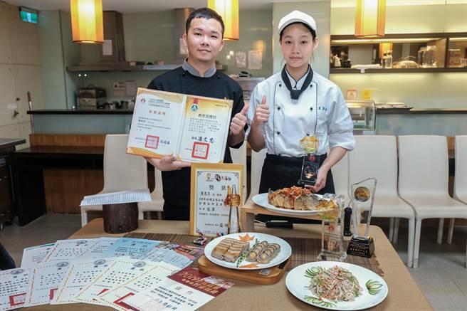 東泰高中學生陳思宇(右)勇奪全國商業類技藝競賽中餐烹調組金手獎第四名,曾柏閔(左)老師說,陳思宇是他指導獲金手獎的第二位學生。(羅浚濱攝)