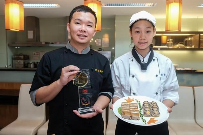 勇奪全國商業類技藝競賽中餐烹調組金手獎的陳思宇(右)說,鴨肉拼盤會考慮當父母親餐廳的菜單,指導老師曾柏閔(左)對她獲獎也感到很欣喜。(羅浚濱攝)