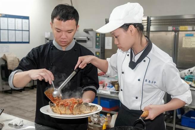 勇奪全國商業類技藝競賽中餐烹調組金手獎的陳思宇(右), 現場示範考驗刀工和火候的「糖醋鮮魚」。(羅浚濱攝)