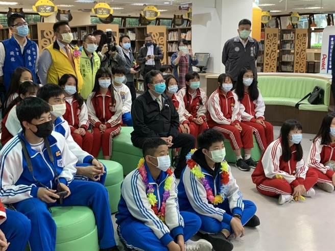 桃園市長鄭文燦加入學生社團課程,分享自己的經驗、與學生拉近距離。(姜霏攝)
