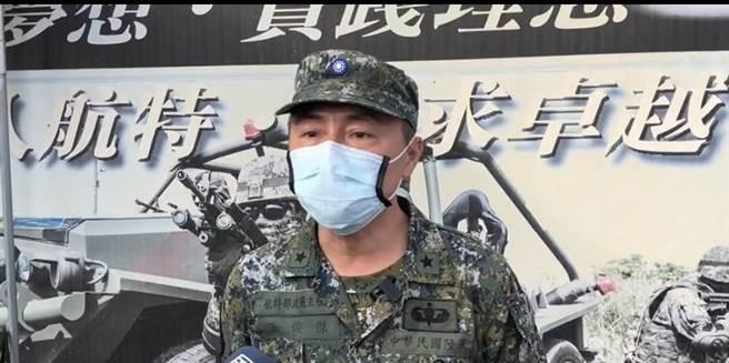 陸軍航空特戰指揮部發言人王俊傑出面說明傘兵訓練疑快速解脫器故障的情形。(曹婷婷攝)