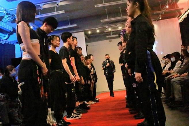 作品曾登上紐約時裝週的「衣戲院」執行長蘇光展現場講評。(聖約翰科大提供)