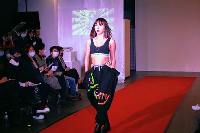 石翎同學設計製作哈倫褲,榮獲「最佳設計獎」。 (聖約翰科大提供)