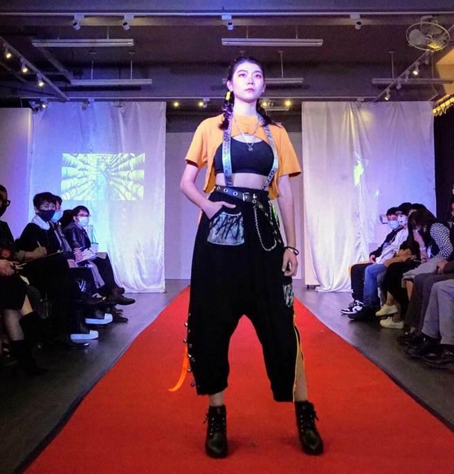 郭金瑜同學演繹自己的設計與造型穿搭,榮獲「最佳造型獎」。 (聖約翰科大提供)