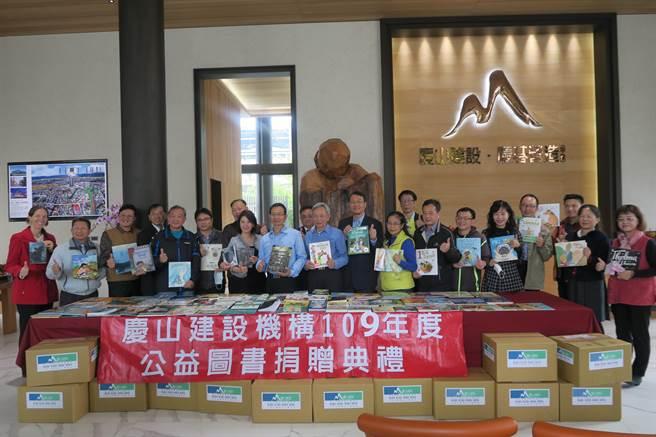 慶山建設捐書嘉惠多所小學,15年來共捐贈6萬冊書籍。(陳清龍服務處提供/王文吉台中傳真)