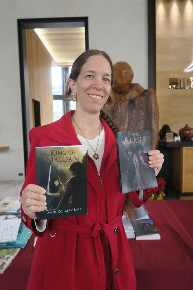 慶山建設加碼贈送Annie Douglass Lima的英語著作。(陳清龍服務處提供/王文吉台中傳真)