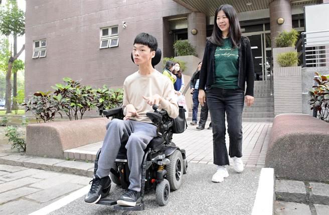 屏大新鮮人蔡東霖(左)在母親王淑萍全天候陪伴下,開心享受大學生活。(林和生攝)